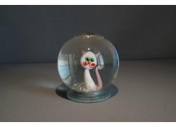 Sněžící koule a kočka v bílé barvě s růžovými puntíky
