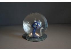 Sněžící koule a kočka do modra s bílým ocasem