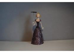 Figurka Dáma se slunečníkem ve fialových šatech
