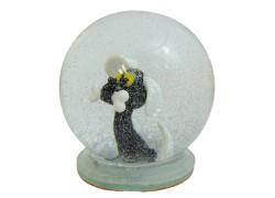 Sněžící gule a čierny pes s kosťou