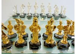 Schach mit einem Motiv aus dem gotischen England, vergoldete Zinn auf Kristall 25x25cm www.sklenenevyrobky.cz