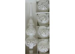 Vánoční špice a 4 vánoční koule s bílým krajkovým vzorem www.sklenenevyrobky.cz