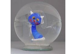 Sněžící gule a modrá mačka s bielym chvostom