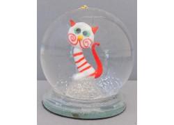 Sněžící koule a bílá kočka s červenými proužky