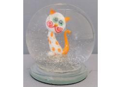 Sněžící koule a bílá kočka s oranžovými tečkami