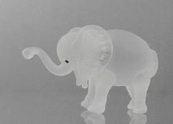 Skleněný slon z čirého skla v matu www.sklenenevyrobky.cz