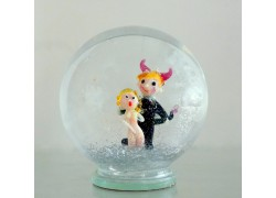 Sněžící koule Čert a Káča 11 cm