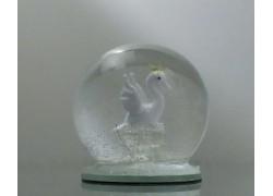 Sněžící guľa 6cm - biela labuť s korunkou