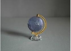 Globus z čirého skla v světle fialové barvě