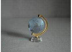 Globus z číreho skla v svetlo modrej farbe