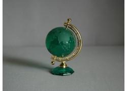 Globus zo skla v tmavo zelenej farbe