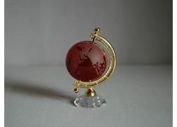 Globus ze skla v rubínové barvě