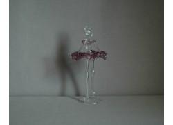 Figurka tanečnice-baleríny ve fialových šatech, čiré sklo