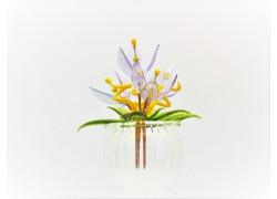 Květina v baňce modrá