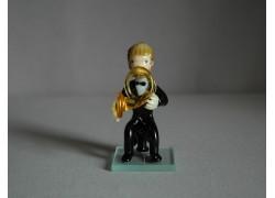 Figurka, hudebník hrající na tubu