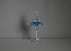 Figurka tanečnice, balerína, v modrých šatech, čiré sklo