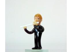 Figurka - Muzikant hrající na flétnu