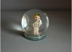 Sněžící koule a figurka ve znamení Panny